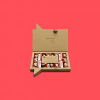 ¡Una de las más vendidas! 🤭 La Sweet Kinder es una de las cajas más vendidas y no nos extraña... es que está buenísima. Nos parece la idea perfecta para regalar a tu pareja, a alguien de la familia, un compañero de trabajo o a una amiga.¿Cuántos fans del chocolate Kinder hay por aquí? Déjanoslo en comentarios 😍 Que tengáis un feliz domingo.#SweetMessages #RegaloPerfecto #RegalosOriginales #Kinder