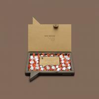 Tenemos buenas noticias para los #ChocolateLovers 🍫Sweet Schoko-Bons es la caja de bombones por excelencia, para esas personas enamoradas de estas increíbles delicias Kinder. Los Schoko-Bons son, sin ninguna duda, vuestras chocolatinas favoritas y, es por esta razón, que hemos creado este pack exclusivamente de Schoko-Bons para todos sus fans incondicionales. ¿Para qué tener que pelearse por quién se come el último Schoko-Bon del pack si puedes tener una caja Sweet repleta de ellos? 😋Aprovecha ahora y ahorra un -20% de descuento 💥 ¡No te lo pierdas! Sorpréndele con este regalo original enviándoselo a su domicilio u oficina.