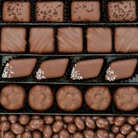 """""""Comer chocolate siempre es un buen plan..."""" 🤤 ¿Quién de tus amig@s es típico que diga esta frase? Etiquétale en el post y te deberá un Sweet Bombón con Leche 🤍#SweetMessages #RegaloPerfecto #RegalosOriginales #Chocolate #Bombón"""